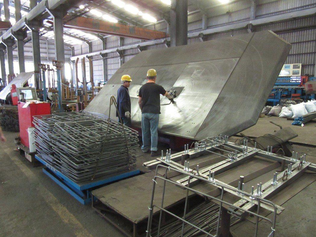 自動化鋼筋彎折技術,配合事前詳細的加工圖說規劃,井然有序的生產鋼筋一體成型箍,使...