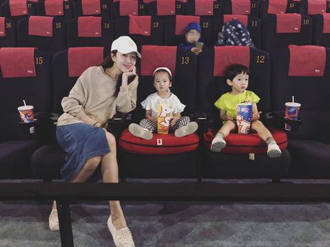 隋棠在臉書上分享大兒子Max與女兒Lucy的電影院初體驗,雖然過程一波三折,但總算是完成,不過最後分享老三小兒子Olie一張「眼神死」的照片,隋棠並幫兒子加上OS:「又沒我份。」成為整篇PO文亮點,...