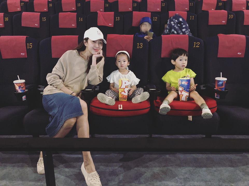 隋棠帶Lucy、Max看電影。圖/摘自臉書