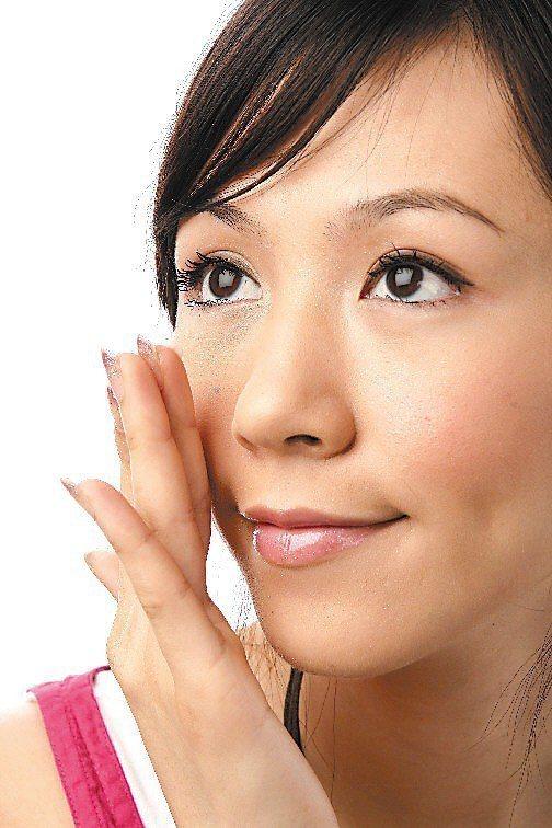 皮膚科醫師建議,可採用含有果酸或杏仁酸的保養品,幫助角質代謝、喚回較佳膚質。本報...