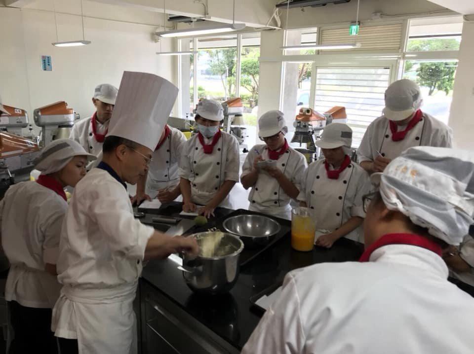 平時認真學習,主廚老師現場傳授烹調技術,學生勤做筆記。圖/私立至善高中提供