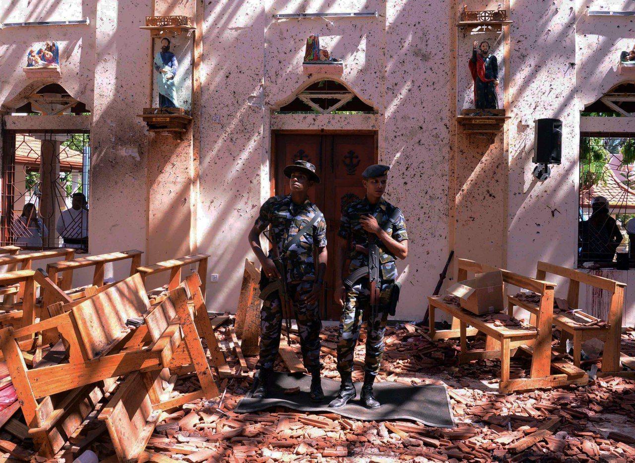 斯里蘭卡內貢博市聖塞巴斯提安教堂21日遭炸彈攻擊後,軍方派員進駐現場。路透