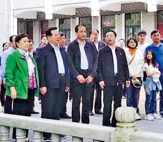 中共前國家副主席曾慶紅(前排左二)20日返回家鄉江西省吉安市。香港明報