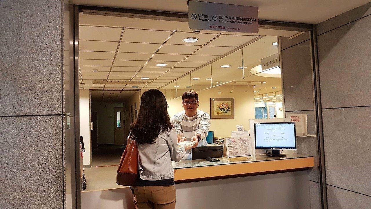陽明大學與北市圖合作提供社區民眾借閱服務。圖/陽明大學提供