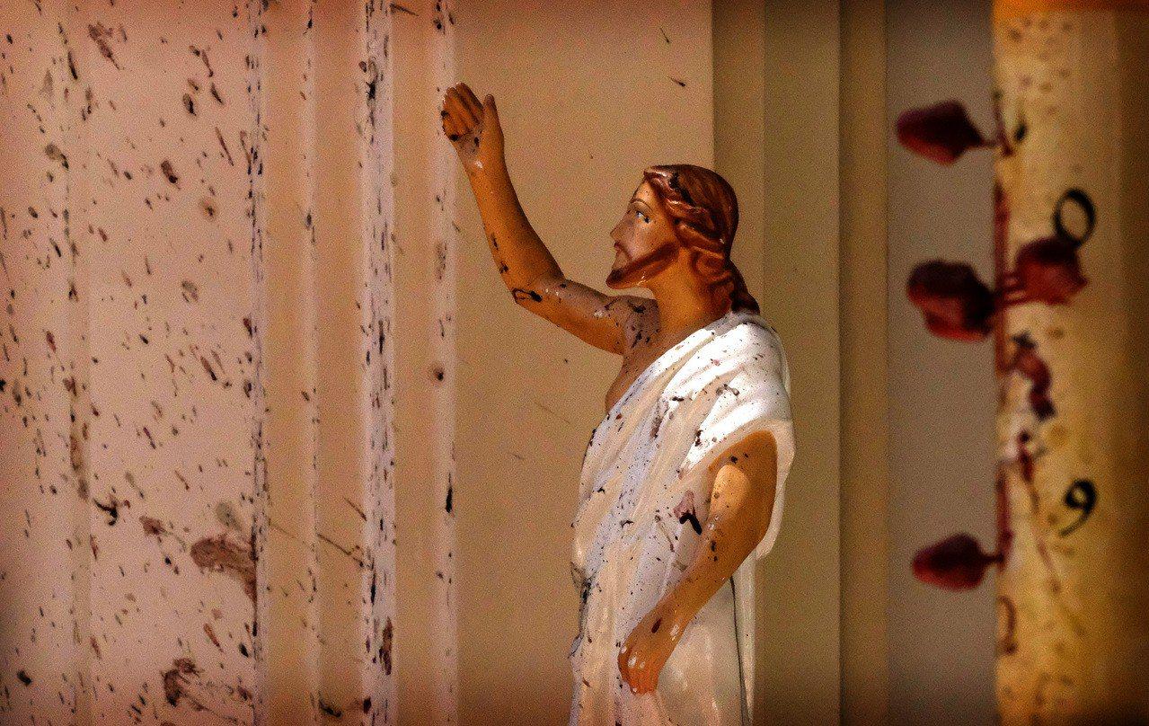斯里蘭卡尼甘布的聖塞巴斯提安教堂21日遭到炸彈攻擊,教堂內的耶穌像染血。美聯社