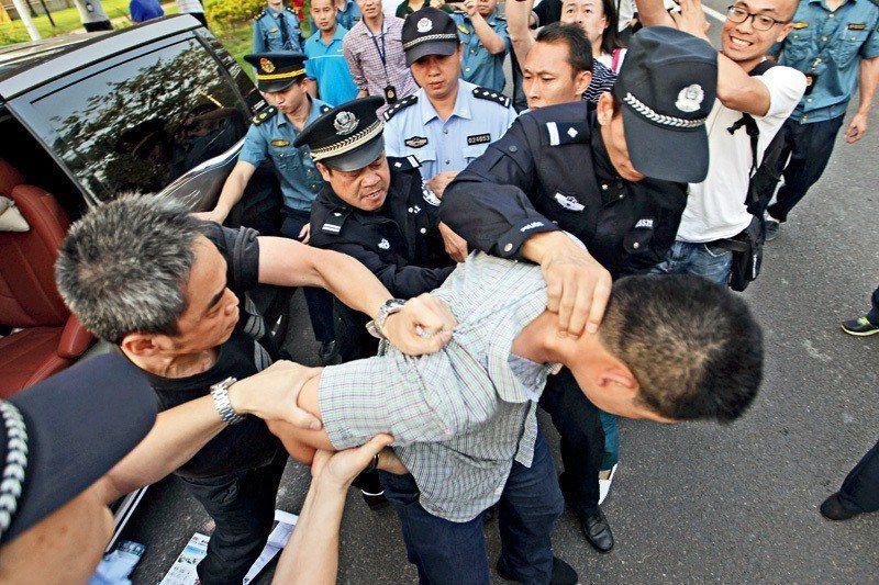 圖為中國公安執法。財新網