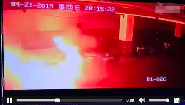 特斯拉電動車自燃的影片21日在微博上瘋傳。照片/微博