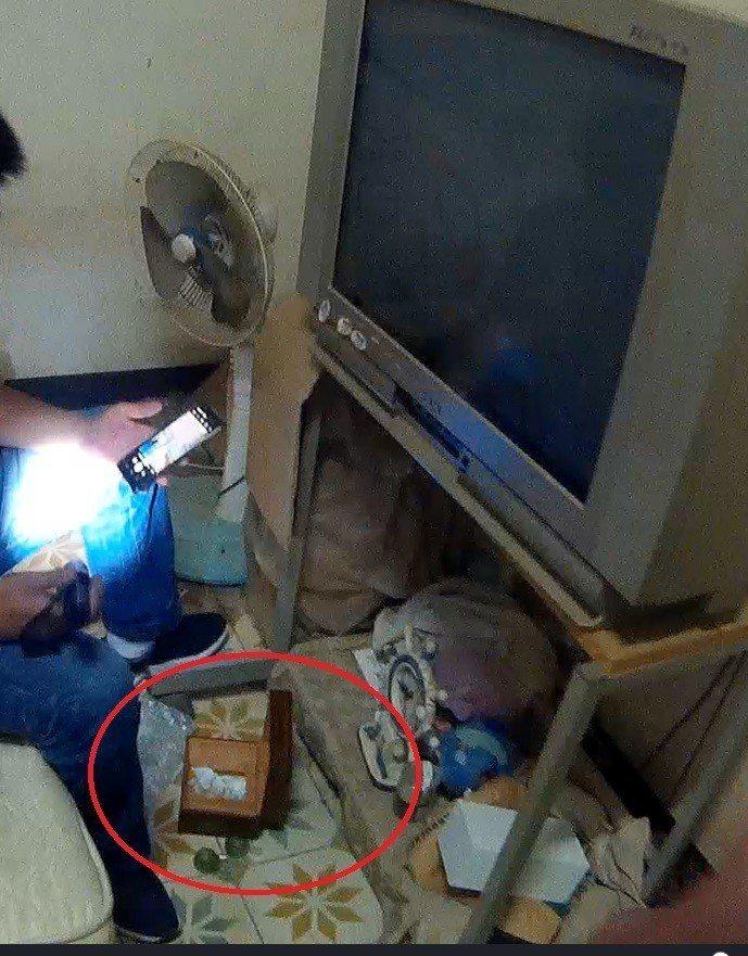 台中市戴姓男子擔任詐欺車手被警方鎖定,昨天警方上門查緝時,還在戴住處的面紙盒內查...