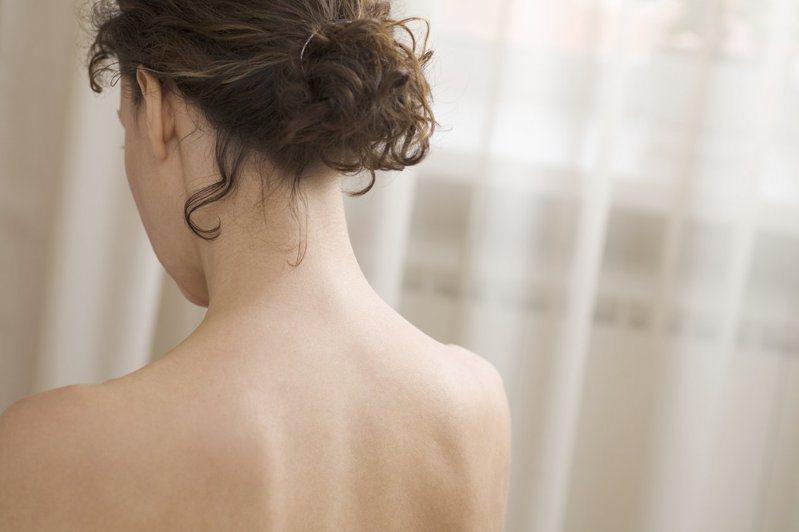 皮膚科醫師提醒,民眾若犯了NG洗澡行為,包括過度去角質、用摻香料的洗沐產品、洗澡水溫太高且洗太久等,恐洗掉肌膚表面的天然保護膜,結果洗出一身敏感肌。 示意圖/ingimage