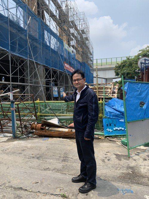 張耀中表示,目前各場站都在施工中,他擔心捷運2020能否順利通車。圖/張耀中提供
