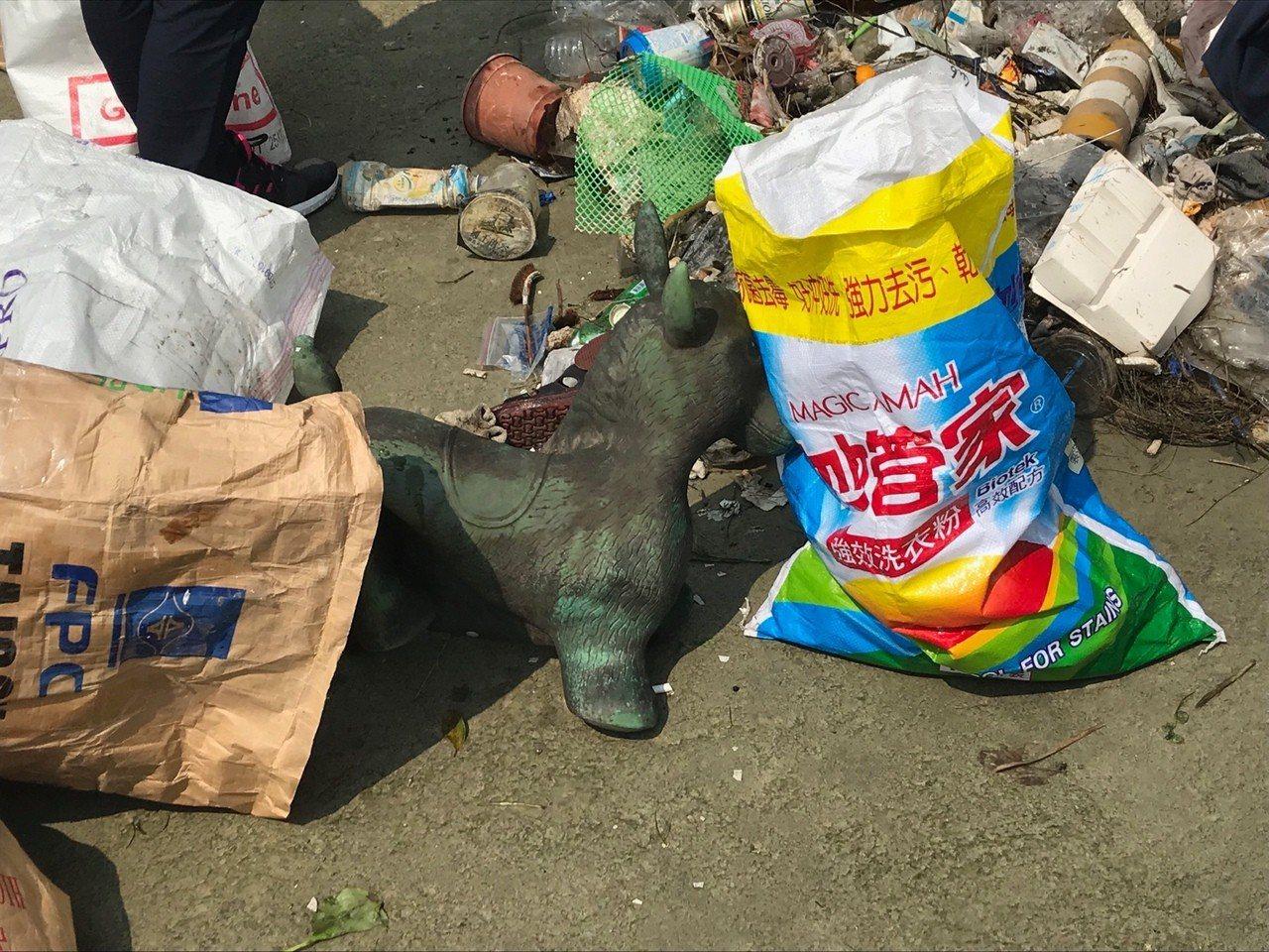 光田醫院醫護人員淨灘,撿回114公斤垃圾,包括一匹玩具馬。圖/光田醫院提供