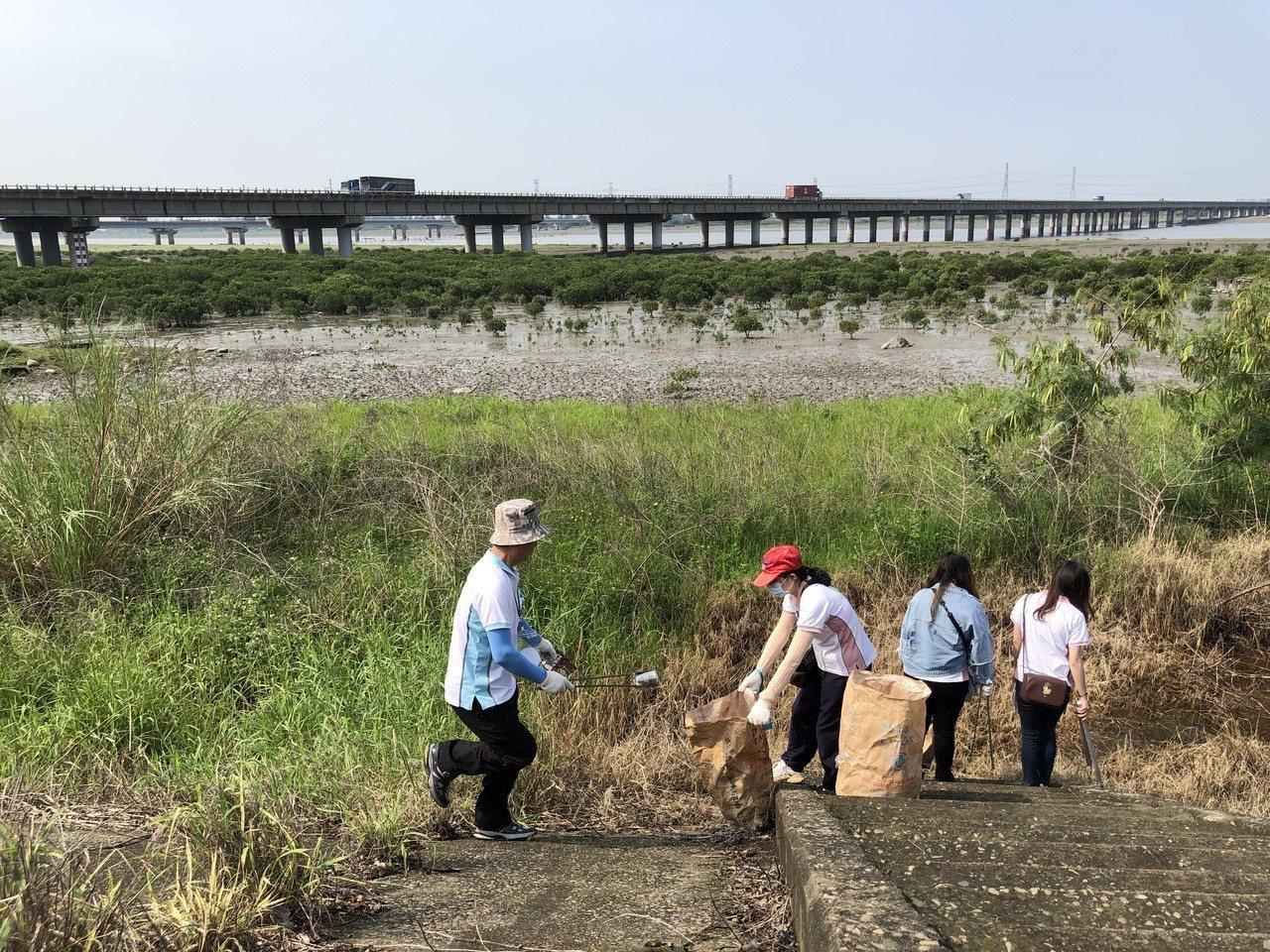 光田醫院醫護人員淨灘,包括夫妻檔一起拾垃圾,維護環境。記者游振昇/攝影