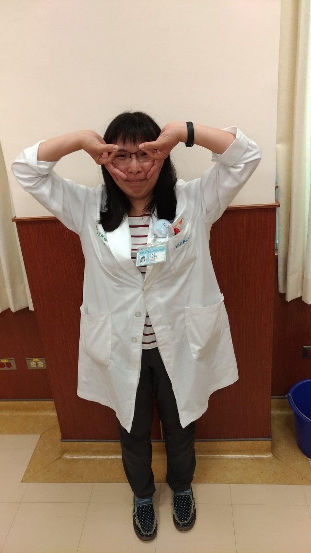 沈佩諠中醫師示範手肘彎曲,手掌往後拉開(反手),做戴眼鏡狀。配合每人手部緊繃程度...