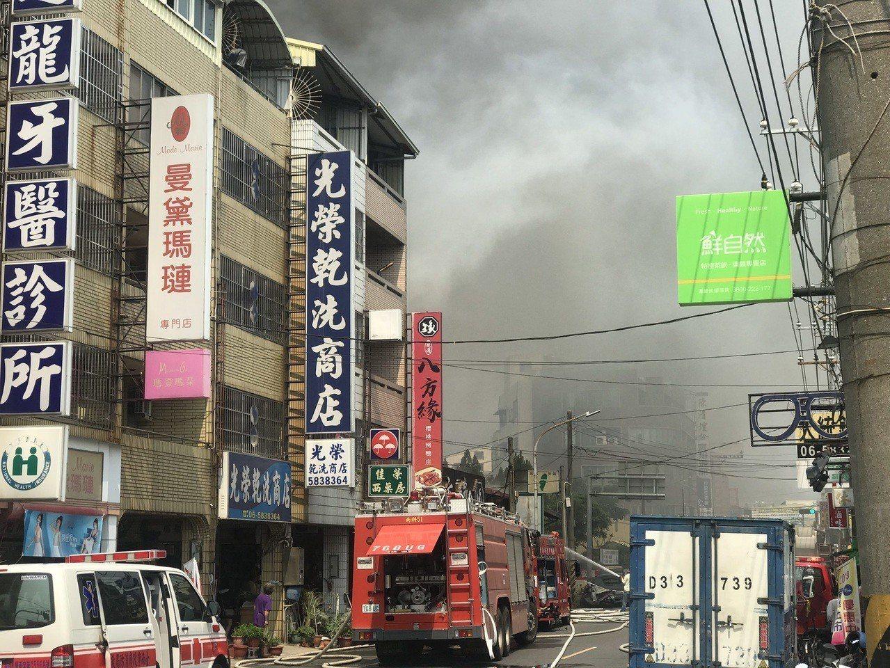 台南烤鴨店起火竄濃煙民眾圍觀,員警管制出入。圖/員警提供
