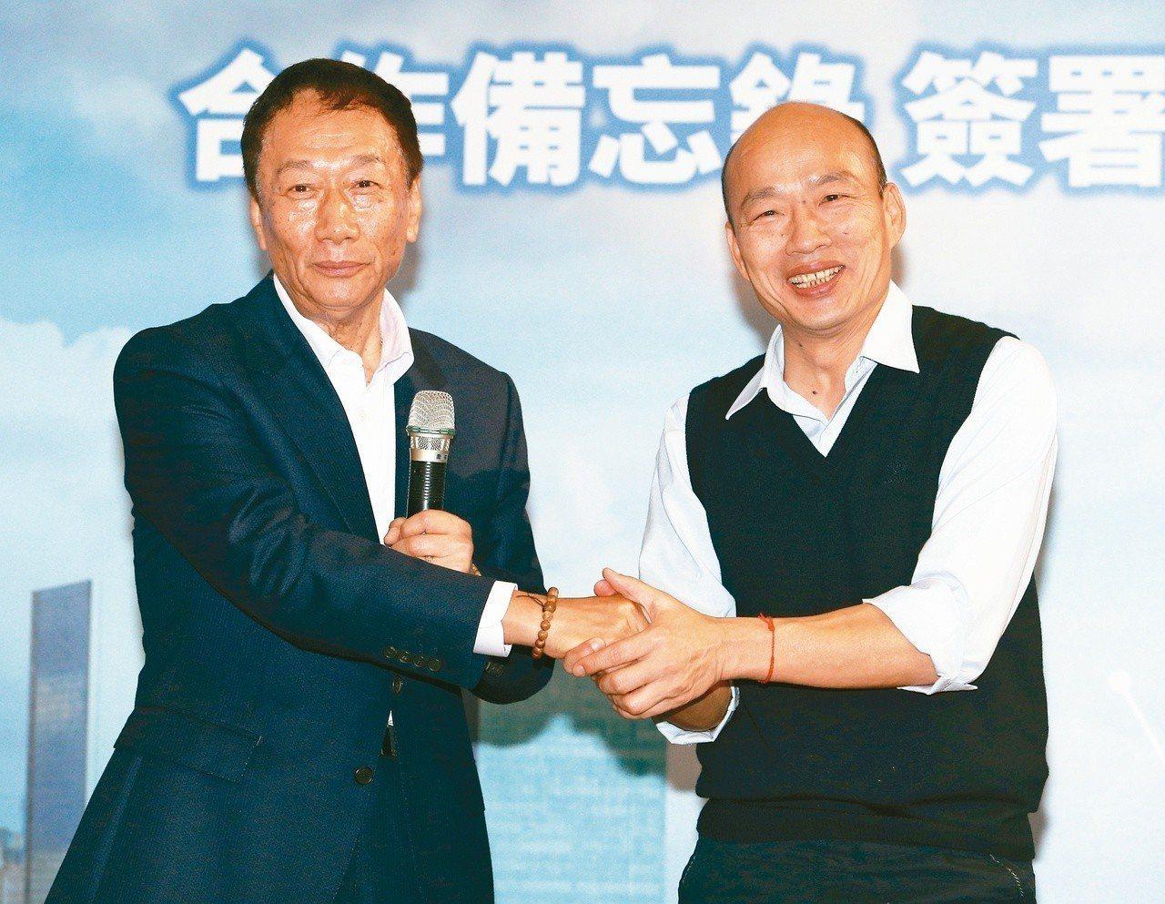 根據聯合報民調,藍營不論是派出韓國瑜(右)或郭台銘,都有機會與柯文哲和民進黨相抗...