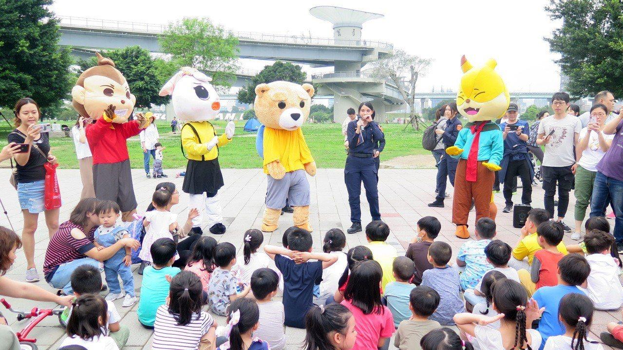 新北市婦幼警察隊響應4月兒童節,在三重大台北都會公園舉辦「童」樂時光。記者袁志豪...