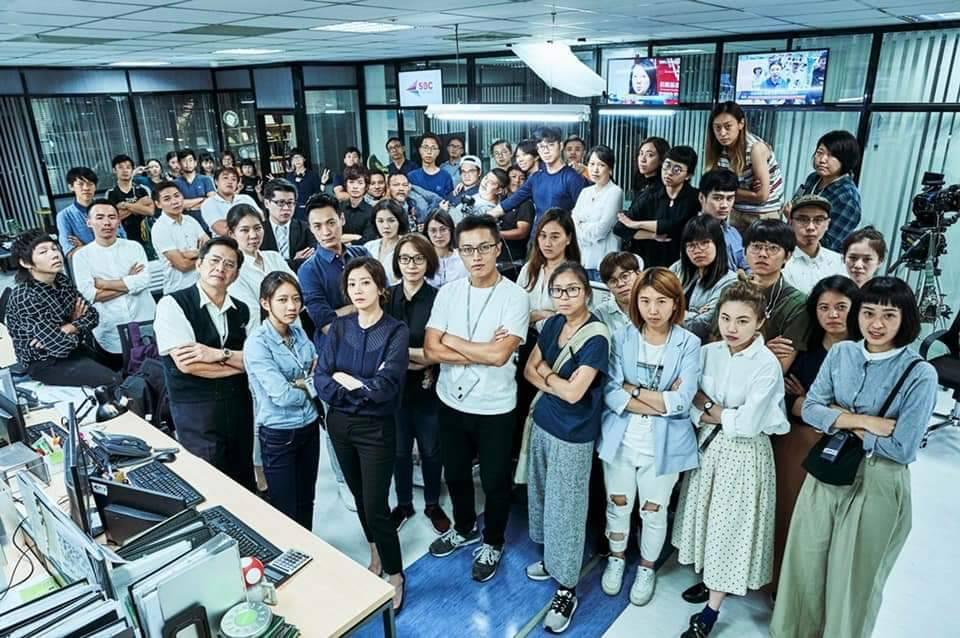 賈靜雯分享在電視台與所有工作人員的合照。圖/摘自臉書