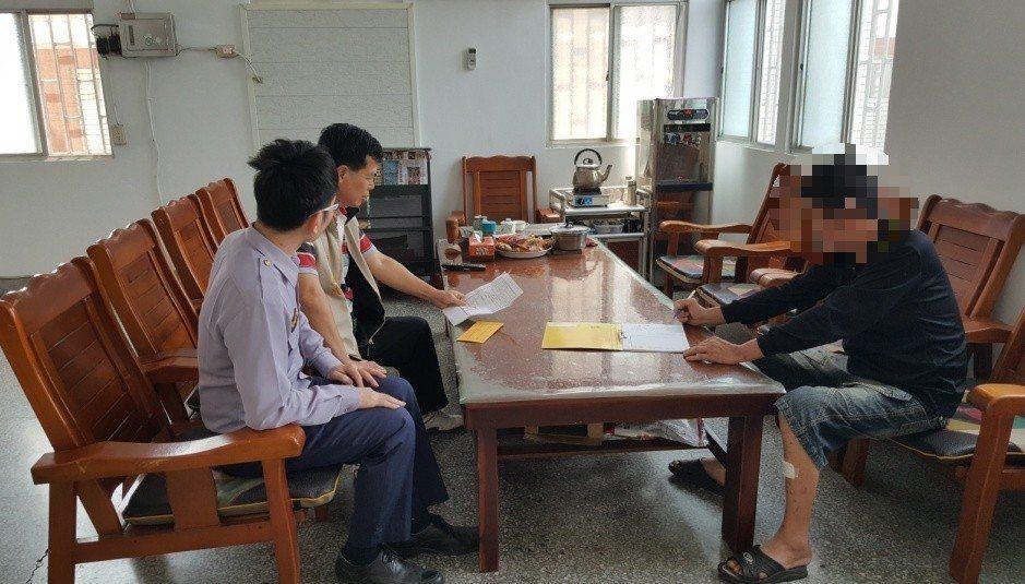 鹿寮派出所員警協助吳男請慈善會募款。圖/警方提供