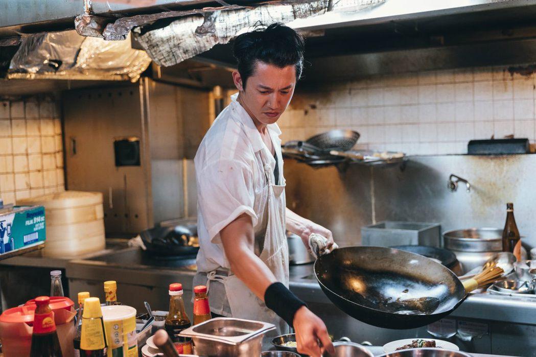 吳慷仁初赴香港演出茶餐廳廚師的角色。圖/華映提供