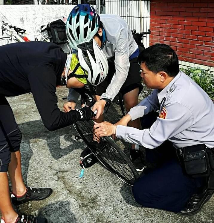 一名來自香港的單車騎士遇到爆胎,在恆春警方的協助下,來自馬來亞西的騎士立刻下車幫...