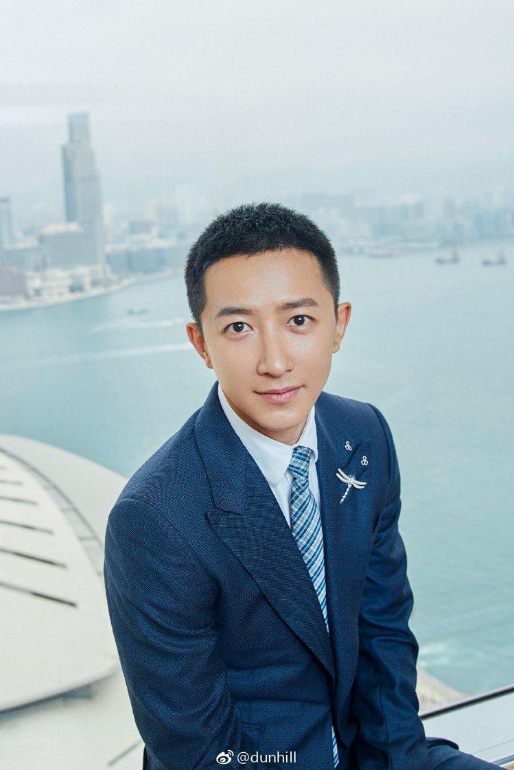 韓庚身穿dunhill的深藍西裝,現身電影節活動。圖/摘自微博