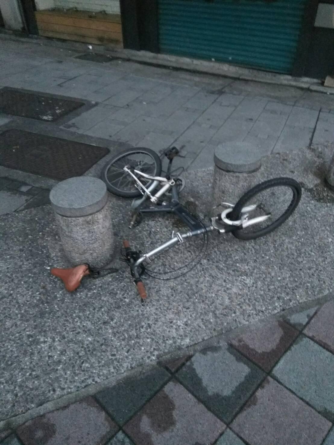 騎腳踏車的陳男闖紅燈遭撞。記者蕭雅娟/翻攝