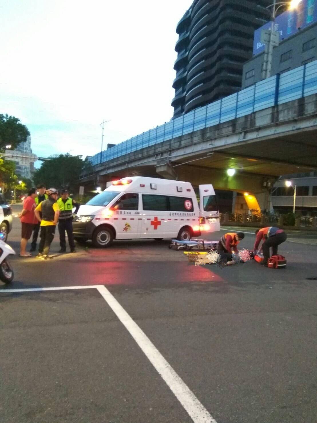 騎腳踏車的陳男闖紅燈遭撞,送醫不治。記者蕭雅娟/翻攝