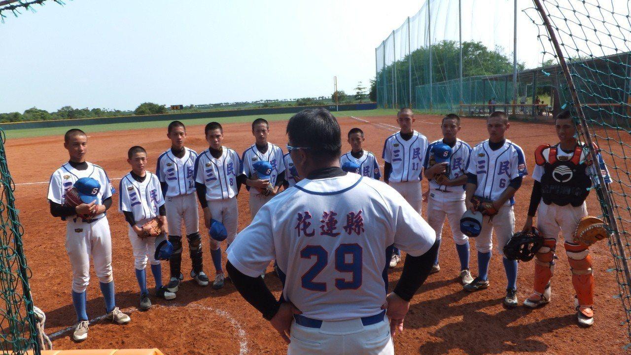 花縣雖贏球,教練仍集合全隊訓話,提醒球員不能鬆懈。記者藍宗標/攝影