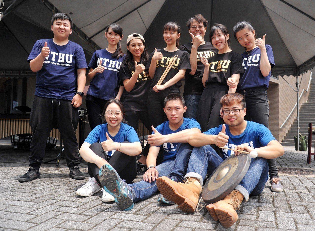 國立清華大學為迎接校慶,清華音樂系師生首度嘗試打擊樂快閃音樂會。圖/清大提供