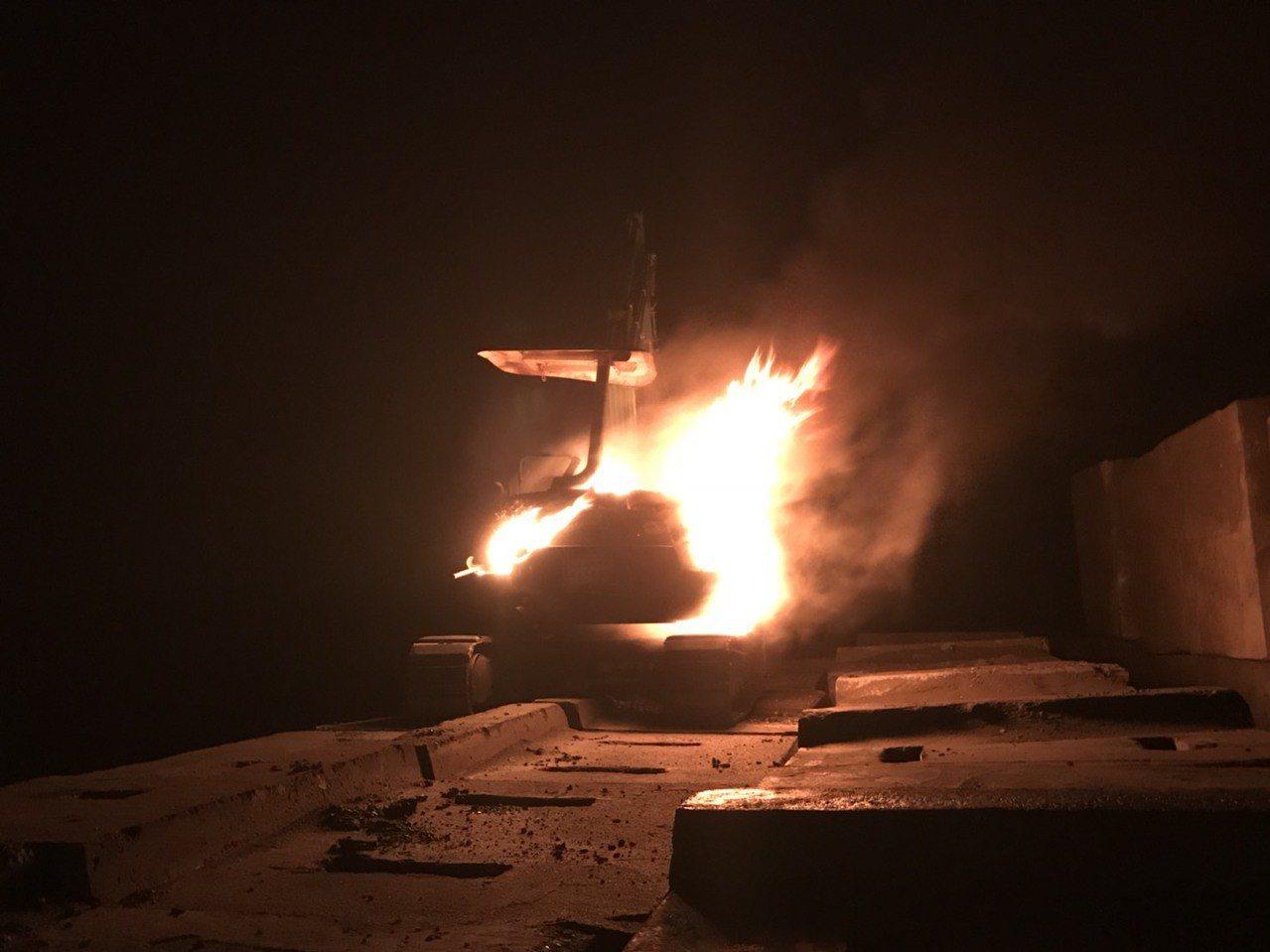台中港環港北路有挖土機自燃,消防隊撲滅火勢。圖/台中港務消防分隊提供