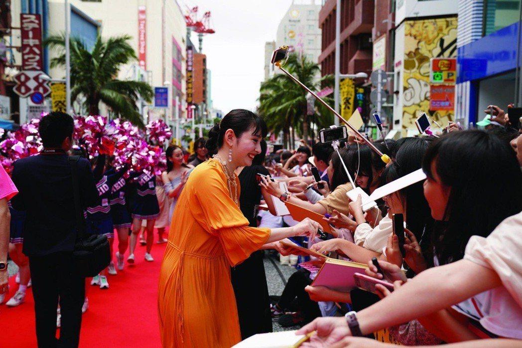 「讓女性心情變好的方法」演員早見朱莉走紅毯。圖/吉本興業提供