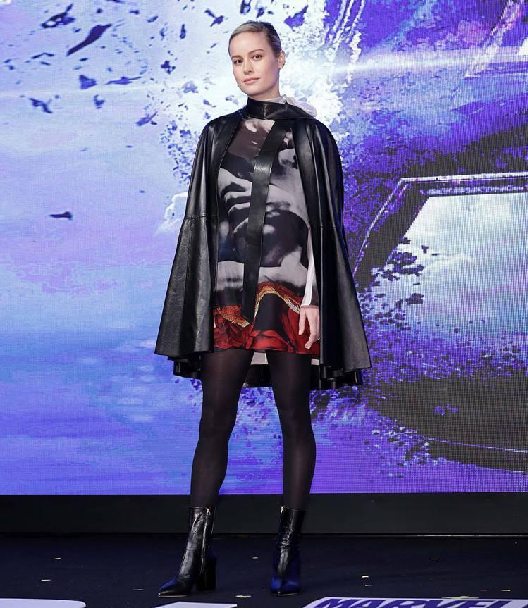 「驚奇隊長」布麗拉森日前出席《復仇者聯盟4:終局之戰》首爾的記者會時,選穿Val...