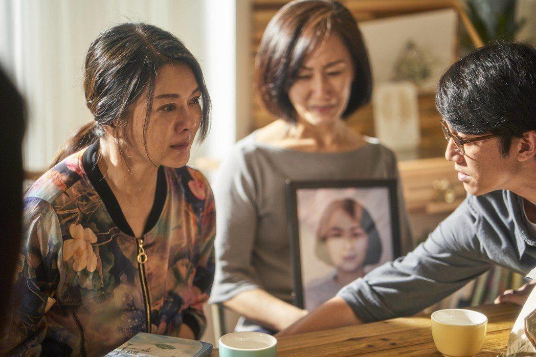 葛蕾(左)在「我們與惡的距離」中素顏上陣演出受害者家屬。圖/公視提供