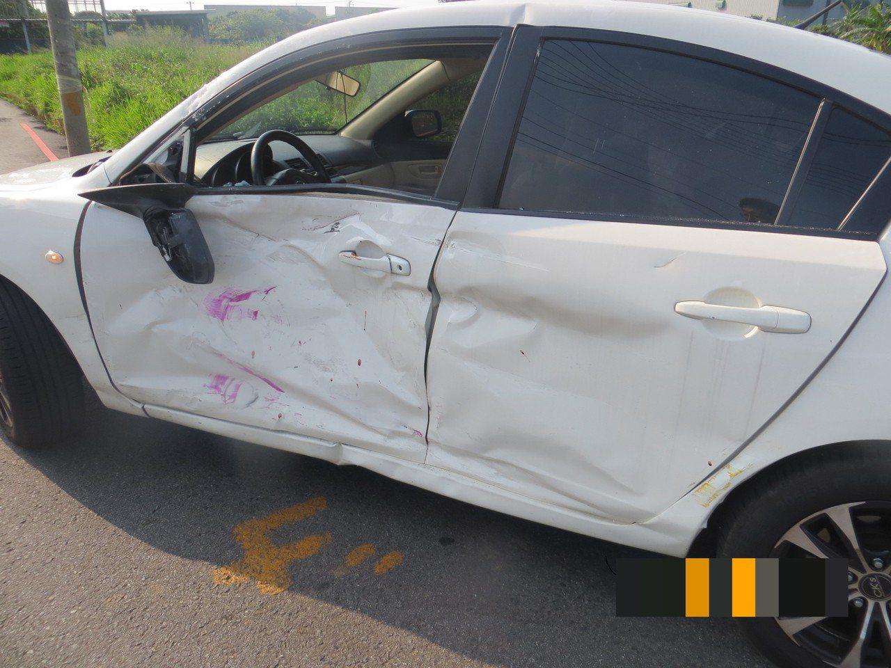 高中校車今天在台中市清水區和轎車撞上,2名駕駛受傷。記者游振昇/翻攝