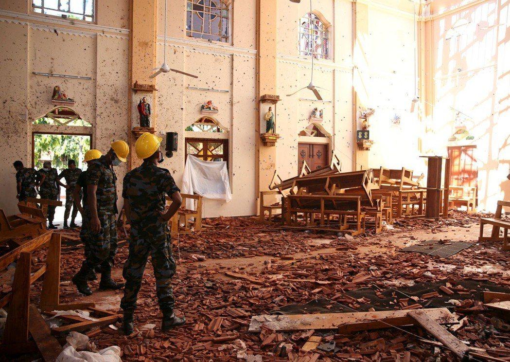 22日的斯里蘭卡聖塞巴斯提安教堂一片狼藉。(路透)