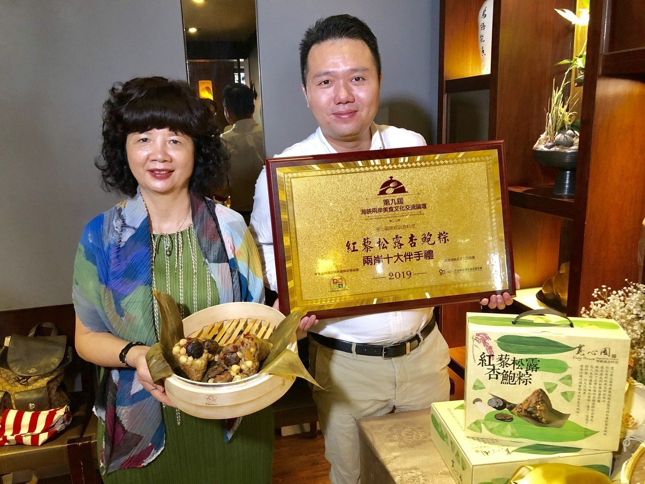 曾獲2016年《百貨通路類素粽評比第一名》的寬心園「紅藜松露杏鮑粽」,今年再度獲...