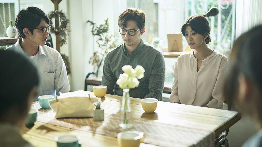 賈靜雯(右)在最終回最揪心的一場戲,在飾演律師的吳慷仁和老公溫昇豪,接受與加害者...