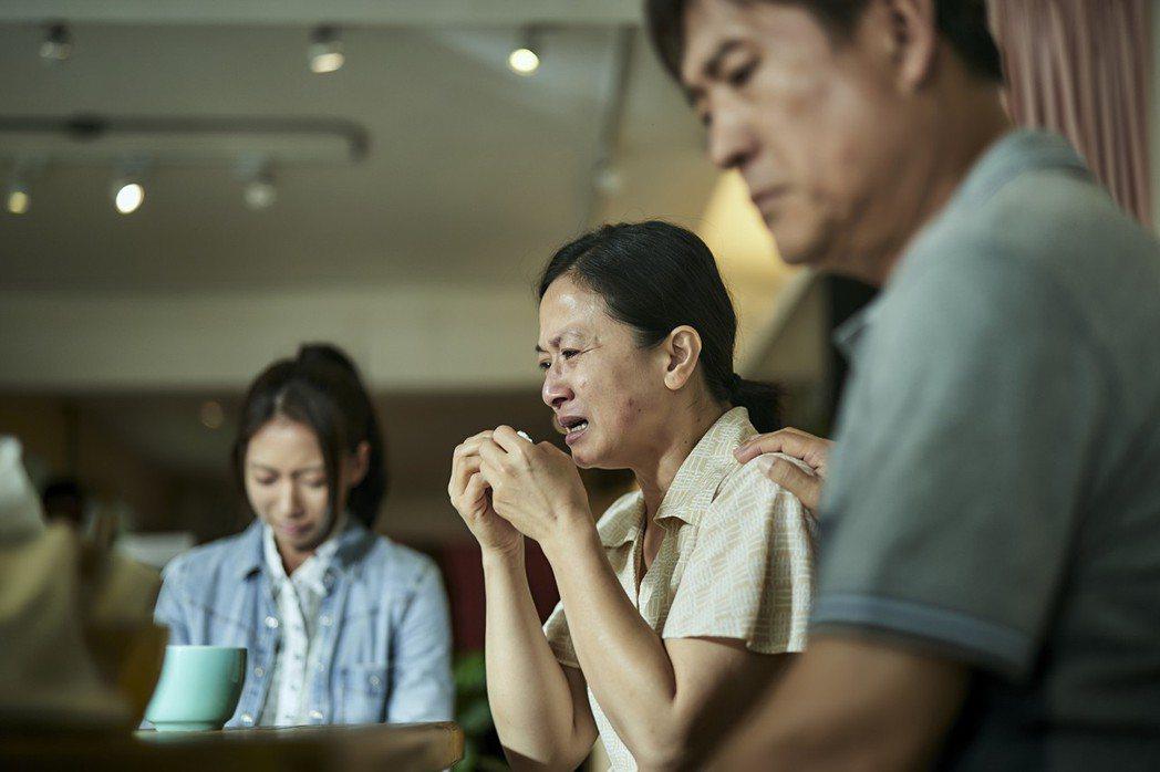 陳妤(左起)、謝瓊煖、檢場與被害者家屬修復會談。圖/公視提供