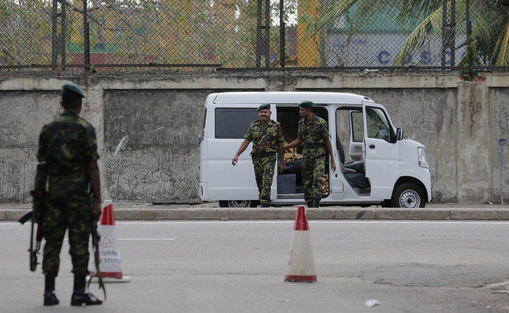 斯里蘭卡警方22日查看停放在可倫坡聖安東尼教堂附近的一輛白色廂型車,發現裡面有三...
