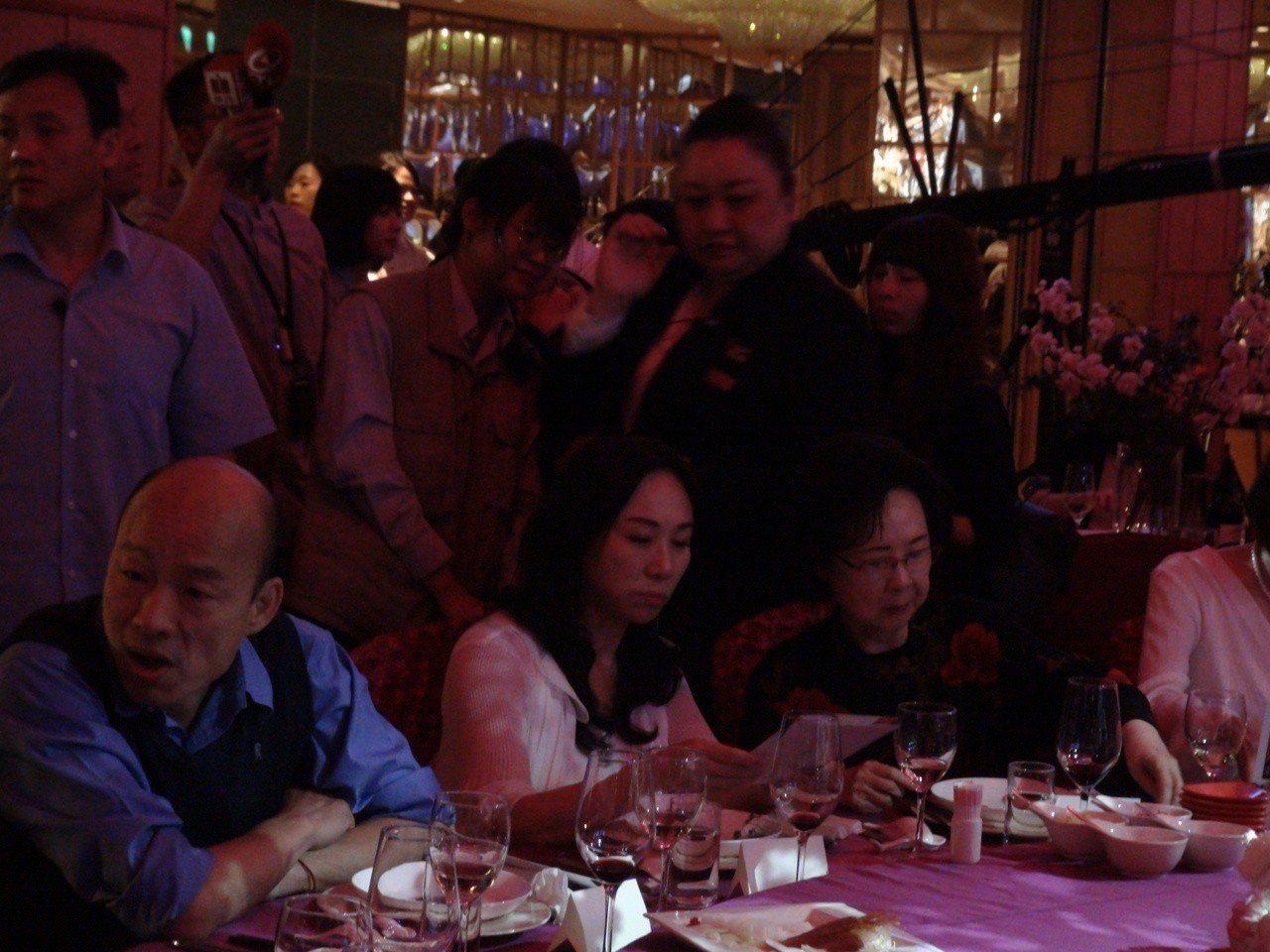 高雄市長夫人李佳芬今晚被問到韓國瑜,直說背後被開槍的感覺很不舒服。記者謝梅芬/攝...