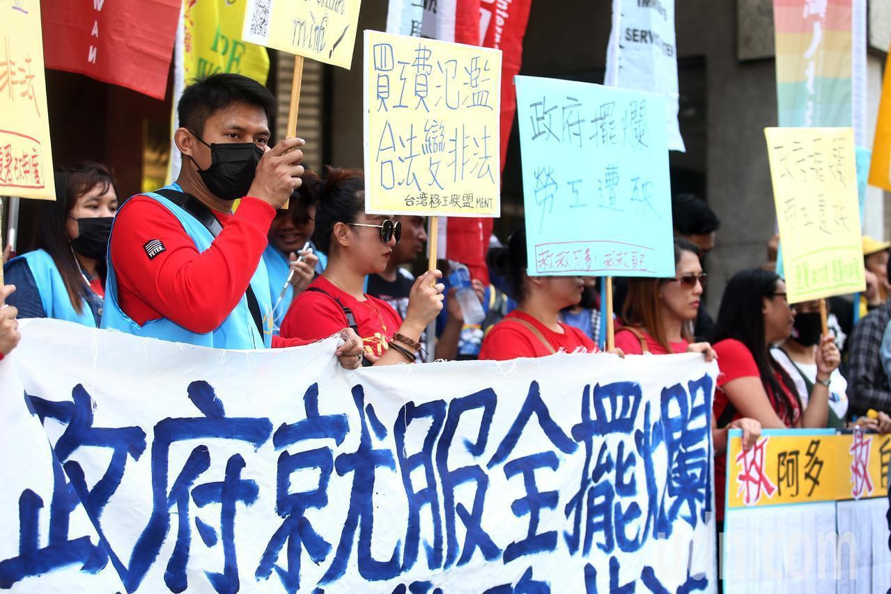 台灣移工聯盟TIWA上午前往勞動部外舉行「政府就服全擺爛 勞工自救陷非法」記者會...
