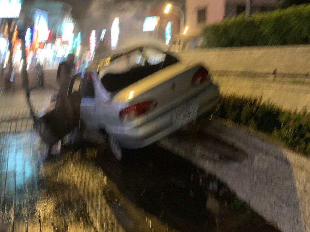 陳姓車主開車時就有聞到異味,要停路邊發現無法煞車,馬上開到人行道圍牆上才把車子停...
