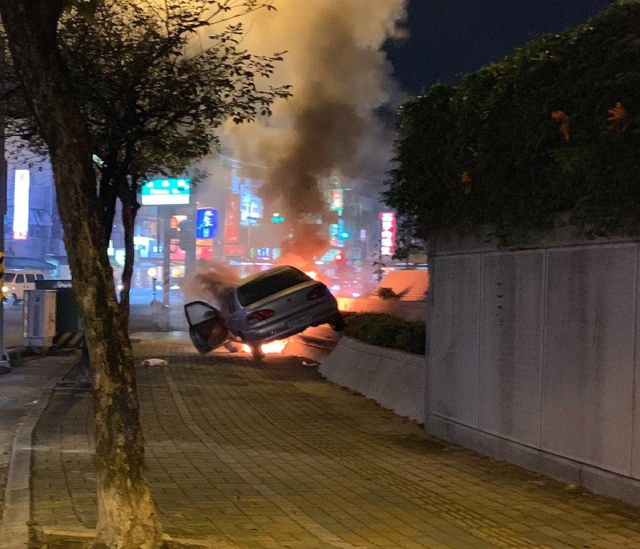陳姓車主發現無法煞車,馬上開上人行道圍牆上才把車子停下來後,陳逃出車外,車子就起...