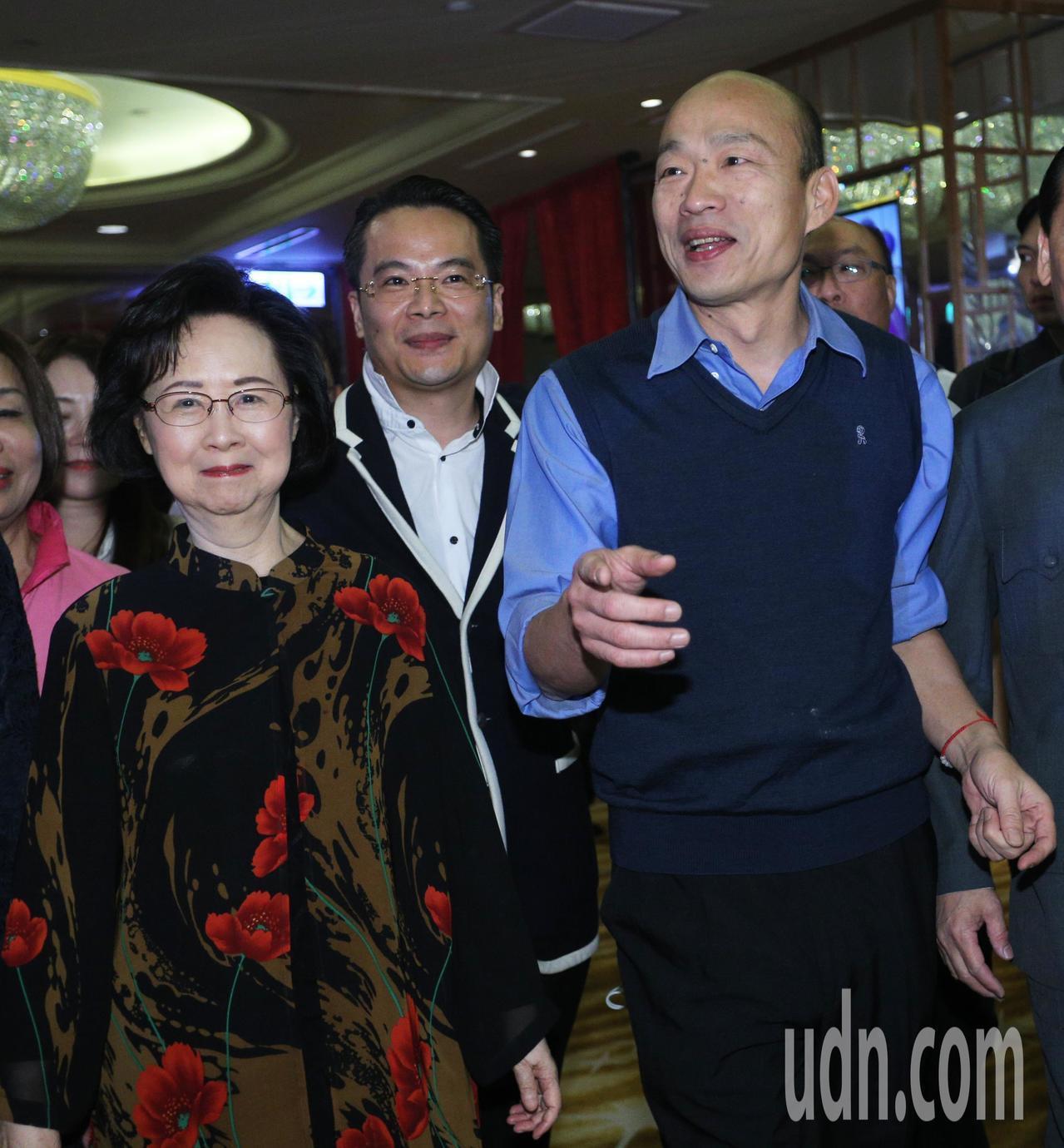 高雄市長韓國瑜(右)今晚參加瓊瑤宴,並與作家瓊瑤(左)一起出席。記者劉學聖/攝影