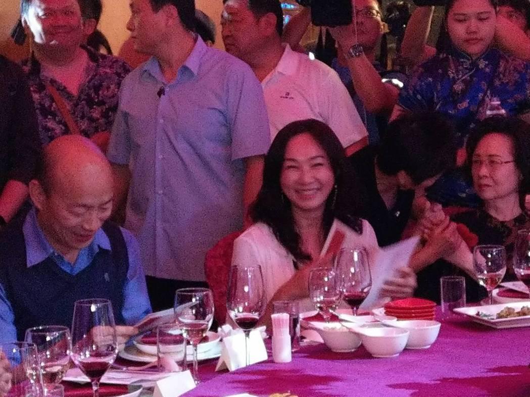 高雄市長韓國瑜的夫人李佳芬今晚在瓊瑤宴中,脫口而出說,「被人背後開槍感覺很不舒服...