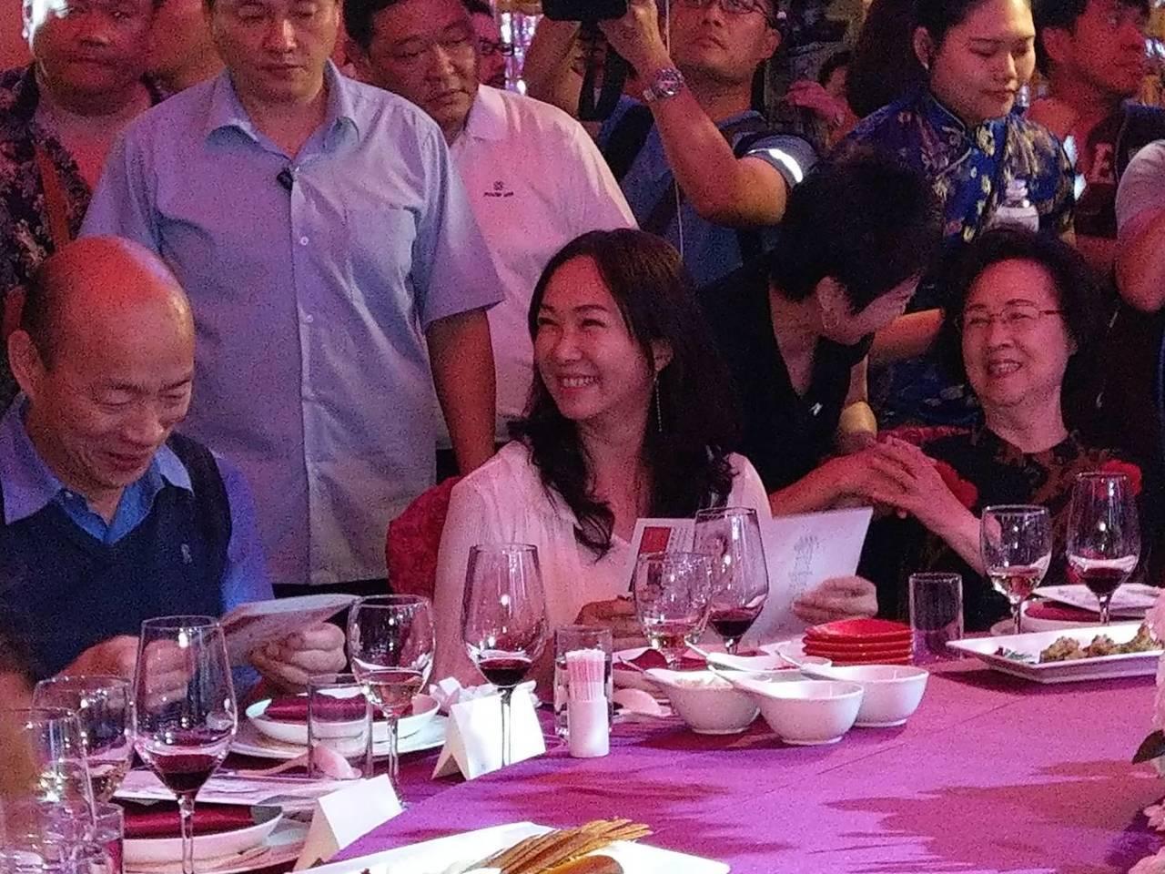 高雄市長韓國瑜的夫人李佳芬今晚在瓊瑤宴中,「被人被開槍的感覺很不舒服」,各方解讀...