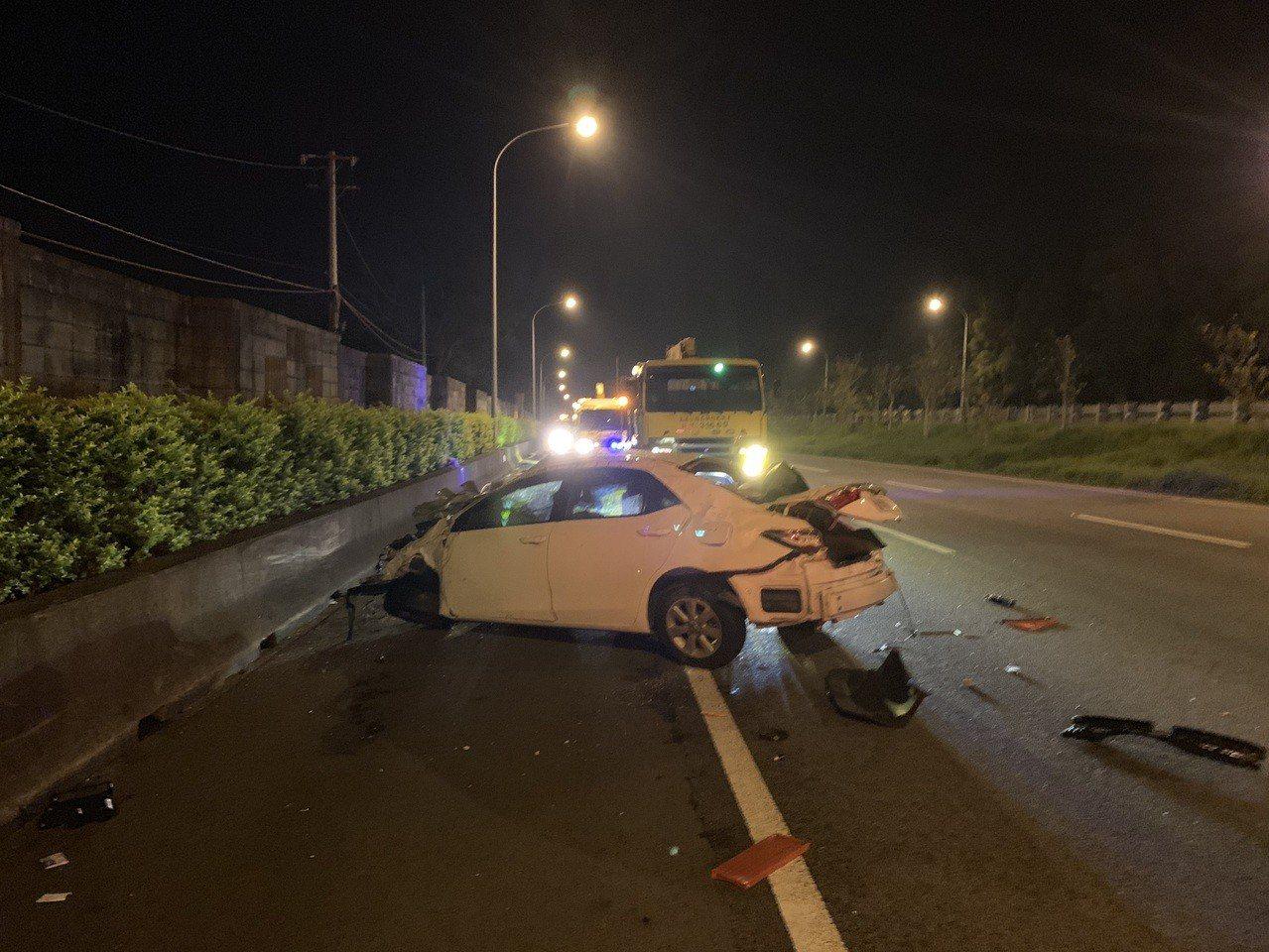 國道1號南下苗栗縣銅鑼路段今晚發生小轎車自撞護欄車禍,車內2人被抛出,1死1送醫...