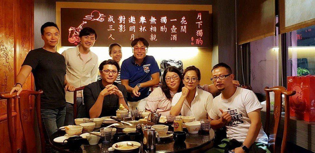 經紀人小莊(右二)多是工作照 圖/摘自臉書