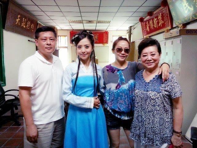 李亮瑾(左二)和經紀人小莊(左三)多是工作照 圖/摘自臉書