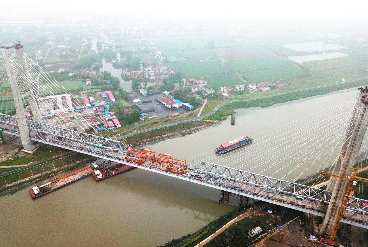 商(丘)合(肥)杭(州)鐵路重點控制性工程裕溪河特大橋22日順利合龍。圖為無人機...